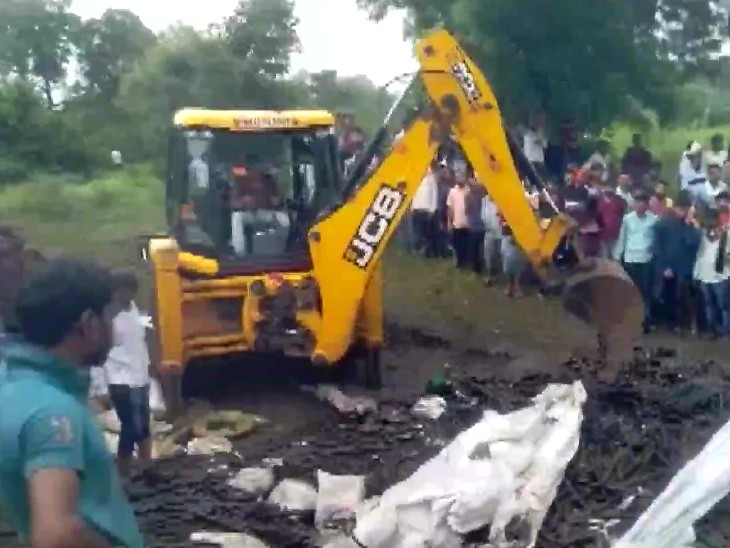 A JCB machine was called to remove the debris, only after that the bodies of the people buried under the debris could be retrieved.