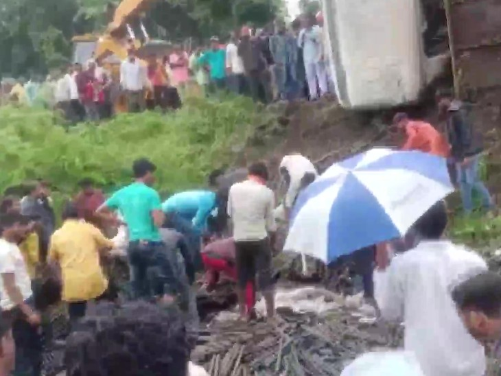 It was raining at the time of the accident, it is suspected that due to this the truck slipped and fell off the road.