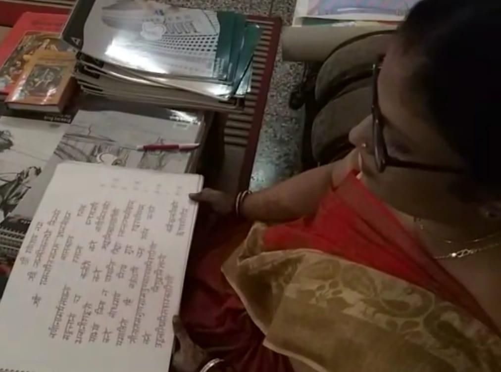 29 अगस्त को राष्ट्रपति रामनाथ कोविंद के अयोध्या आगमन पर रामनाम से लिखी रामचरितमानसभेंट करना चाहतीं हैं शेफाली,डेढ़ वर्षो में इसे किया है तैयार|अयोध्या (फैजाबाद),Ayodhya (Faizabad) - Dainik Bhaskar