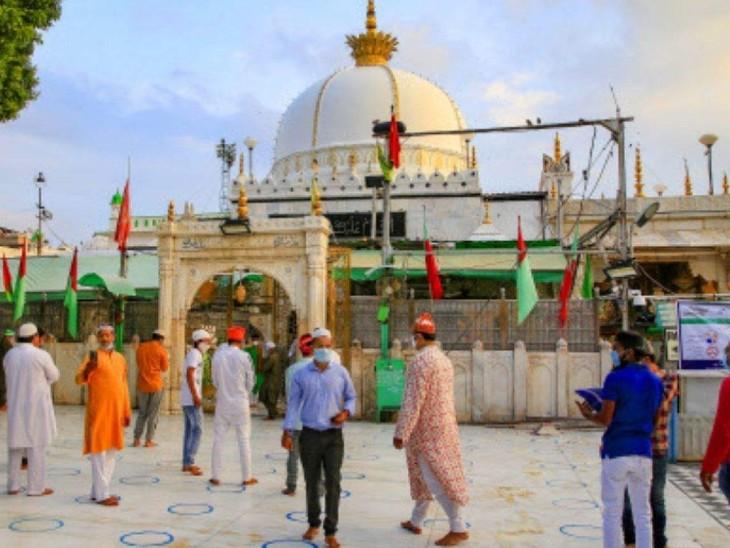अजमेर में ख्वाजा मोइनुद्दीन चिश्ती की दरगाह पर देश-विदेश से जायरीन आते हैं।