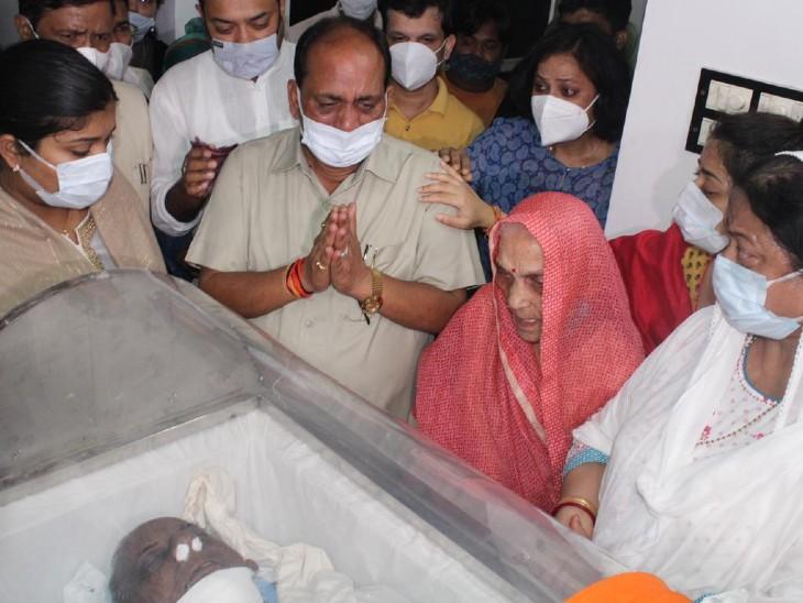 कल्याण सिंह का पार्थिव शरीर उनके आवास पर लाया गया। उनकी पत्नी और परिवार के अन्य सदस्य भावुक हो गए।