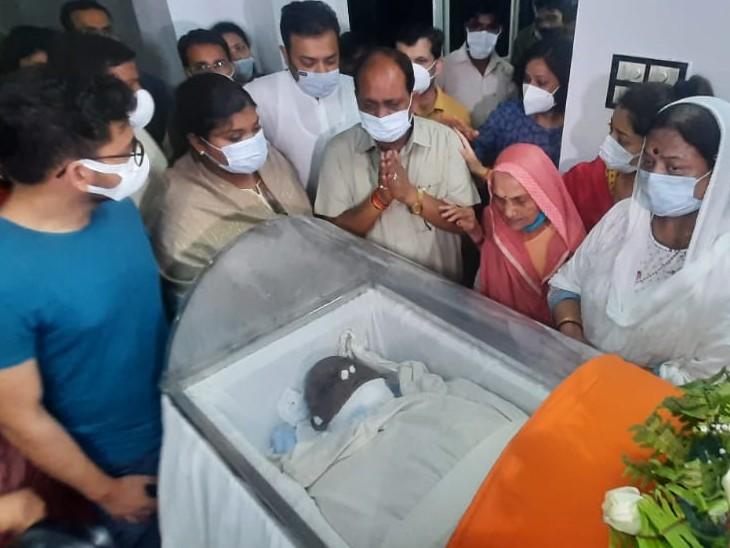 लखनऊ स्थित आवास पर लाया गया कल्याण सिंह का पार्थिव शरीर। रोते-बिलखते परिजन।