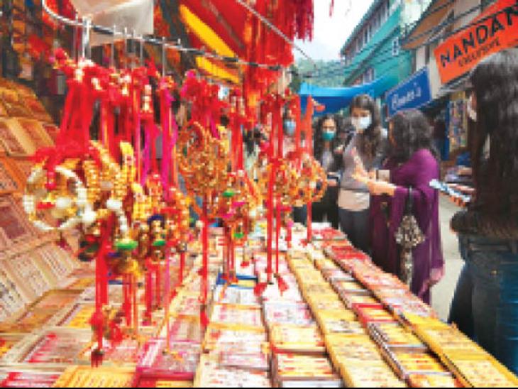 रक्षाबंधन को लेकर लोअर बाजार में राखी खरीदती युवतियां। - Dainik Bhaskar