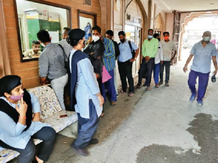 फाइल में चाकू लेकर आने की घटना के बाद मनपा मुख्यालय में आने वाले लोगों की जांच तेज कर दी गई। - Dainik Bhaskar