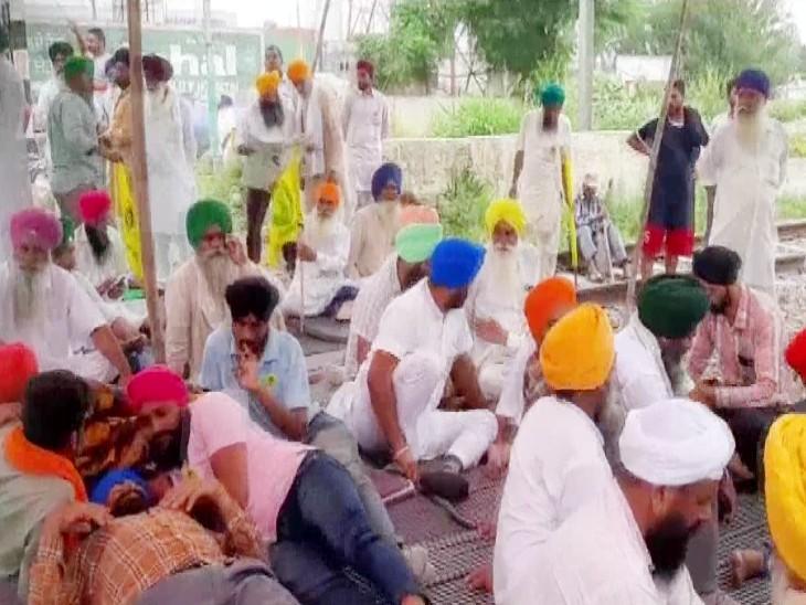 फिरोजपुर रेलवे डिवीजन में किसानों के प्रदर्शन की वजह से 19 ट्रेन रद्द करनी पड़ी हैं।