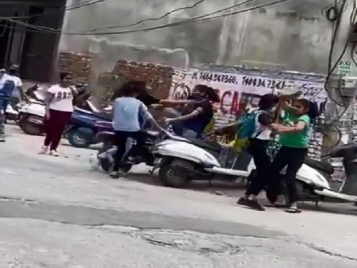 कोचिंग सेंटर के बाहर सड़क पर आपस में भिड़े छात्राओं के 2 गुट; जमकर हुई मारपीट, सामने आया वीडियो|रोहतक,Rohtak - Dainik Bhaskar