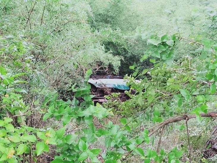 ड्राइवर का संतुलन बिगड़ने के बाद खाई में गिरी बस। - Dainik Bhaskar