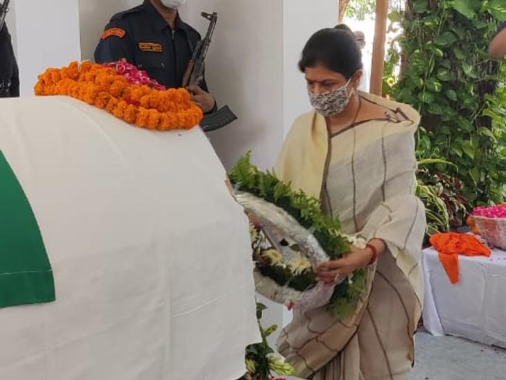 प्रदेश की महिला एवं बाल कल्याण मंत्री स्वाति सिंह ने कल्याण सिंह को श्रद्धांजलि दी।