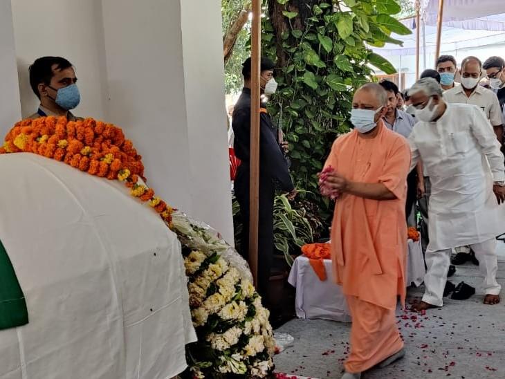 सीएम योगी आदित्यनाथ और BJP के प्रदेश अध्यक्ष स्वतंत्र देव सिंह ने श्रद्धांजलि अर्पित की।