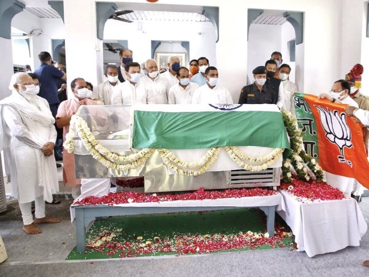 नड्डा ने PM मोदी के सामने कल्याण सिंह के पार्थिव शरीर पर पार्टी का झंडा रखा; पूर्व सीएम ने कहा था- मुझे भाजपा के झंडे में लिपटाकर ले जाना|उत्तरप्रदेश,Uttar Pradesh - Dainik Bhaskar