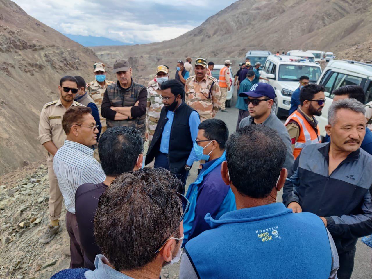 लेह के डिस्ट्रिक्ट कलेक्टर और SSP ने बाढ़ प्रभावित क्षेत्र रंबक-जिंगचेन का निरीक्षण किया।