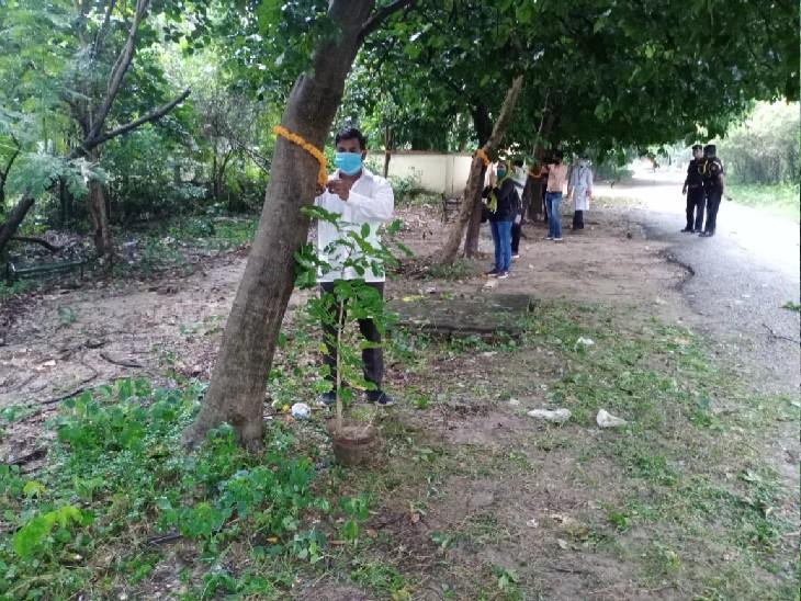 रक्षा बंधन के अवसर पर पेड़-पौधों को राखियां बांधकर ताउम्र उनकी हिफाजत करने का संकल्प लेते प्रो. एनबी सिंह व उनके अनुयायी छात्र-छात्राएं।