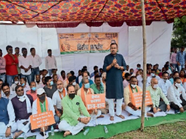मानगो में आयोजित धरना में शामिल भाजपा नेता डॉ. दिनेशानंद व अन्य। - Dainik Bhaskar
