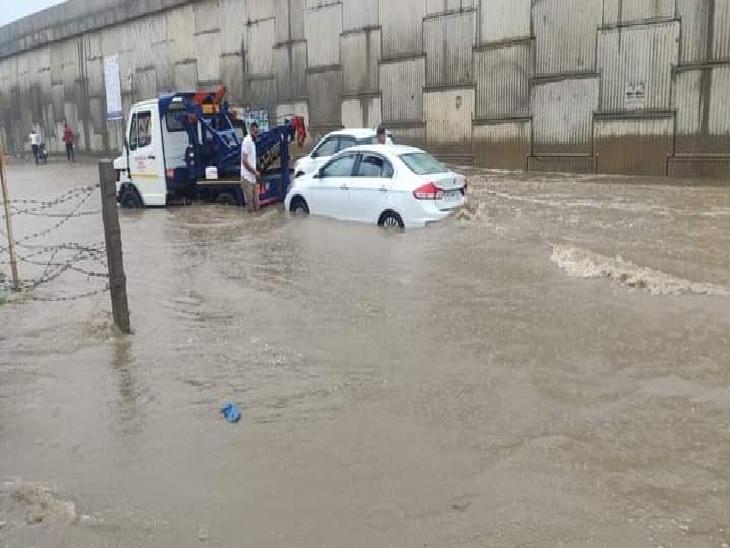 मोगा के न्यू टाउन इलाके में पानी में बंद हुई कार को टो करके ले जाती वैन।
