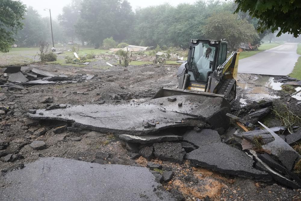 बाढ़ ने सड़कों को भी काफी नुकसान पहुंचाया है। वेवर्ली शहर में कई सड़कें तबाह हो गईं।