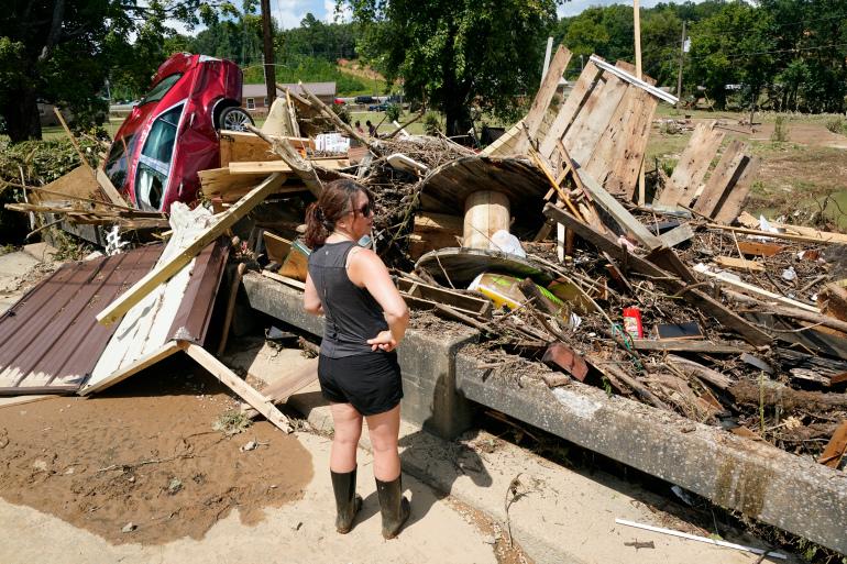 वेवर्ली शहर के चारों तरफ कुछ इस तरह बर्बादी की तस्वीरें नजर आईं।