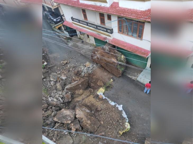 शिमला में लैंडस्लाइड के मलबे में बड़ी चट्टान, जिससे पूर्व विधायक के घर की नींव हिल गई। - Dainik Bhaskar