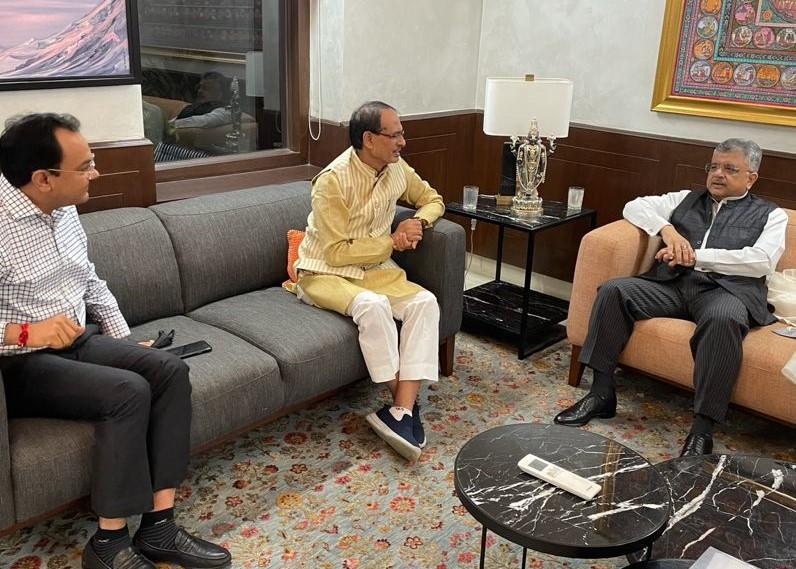 शिवराज का दिल्ली में सॉलिसिटर जनरल तुषार मेहता के साथ मंथन; एडवोकेट जनरल पुुरुषेंद्र कौरव भी थे मौजूद, हाईकोर्ट में स्टे हटाने सरकार ने दिया आवेदन|मध्य प्रदेश,Madhya Pradesh - Dainik Bhaskar