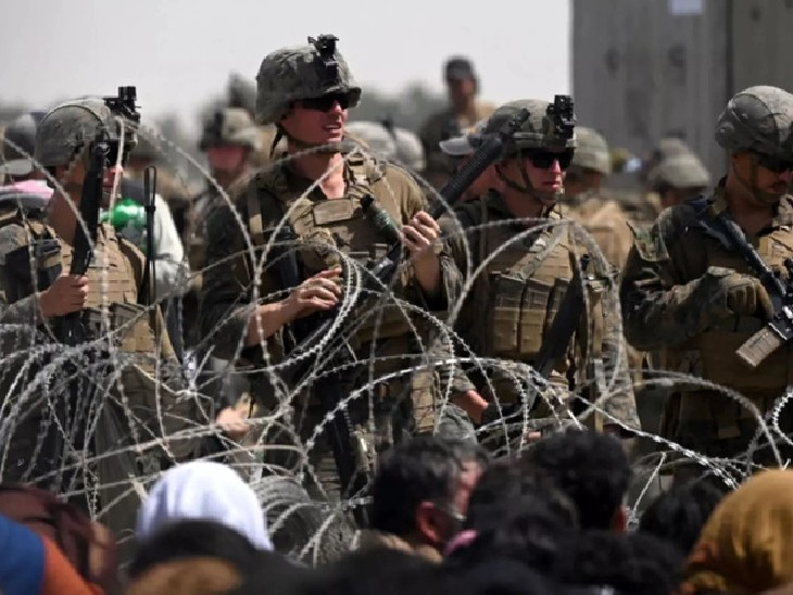 काबुल एयरपोर्ट पर पिछले कई दिनों से लोगों की भीड़ जमा है। शनिवार को भगदड़ में 7 लोगों की मौत हुई थी।