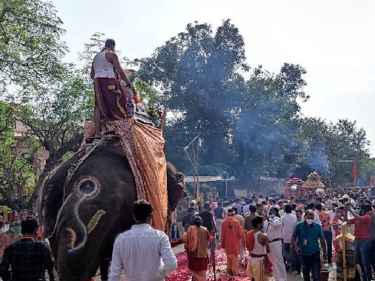 महाकाल की सवारी में हाथी भी शामिल था।