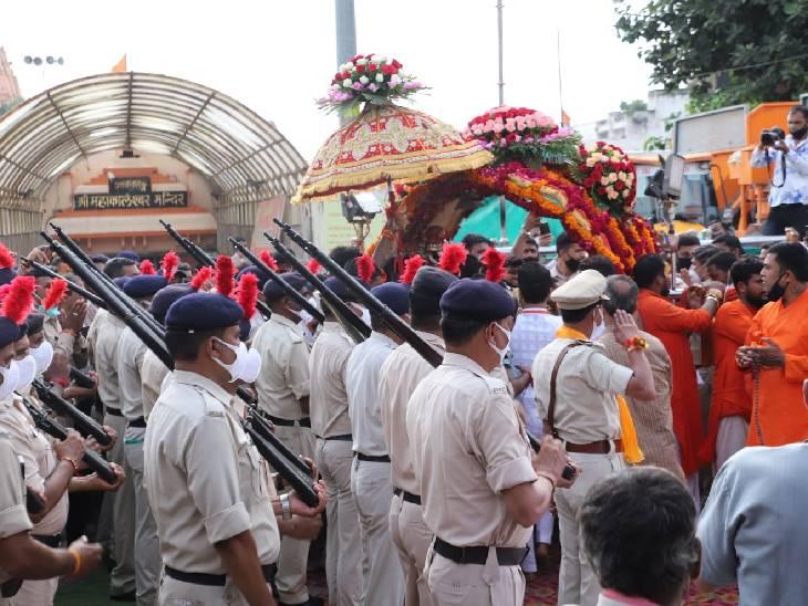 महाकाल मंदिर से निकलते समय पुलिस ने बाबा को सलामी दी।