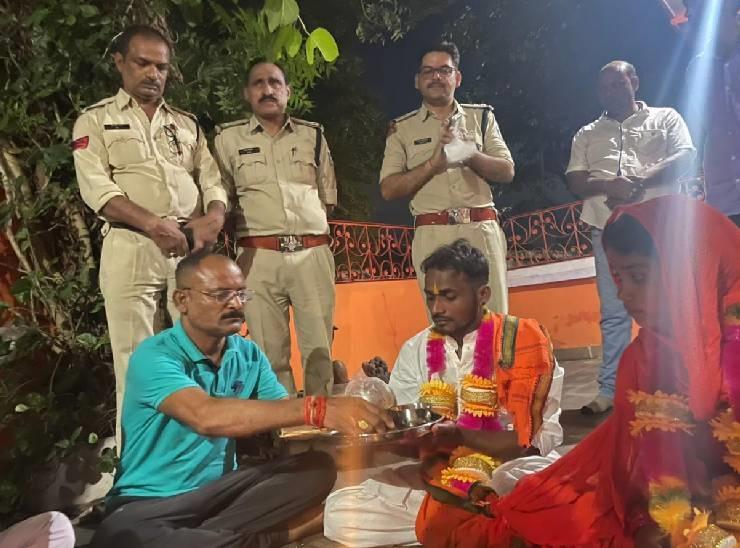 कटनी के बड़वारा में थाने के मंदिर में प्रेमी जोड़े की शादी कराते हुए पुलिसकर्मी।
