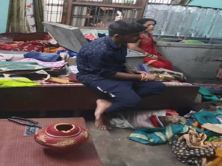 चोरी के बाद गुमसुम बैठा परिवार।