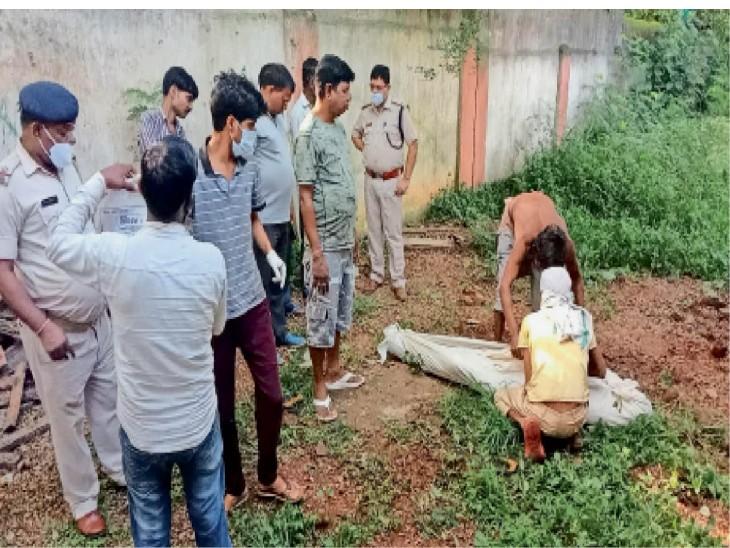 घटनास्थल पर मामले की छानबीन करती पुलिस। - Dainik Bhaskar