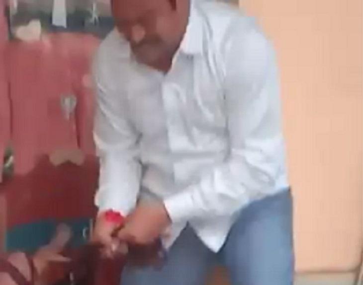 दुकान में पहुंची महिला के बाल पकड़कर पीटता भाजपा पार्षद।
