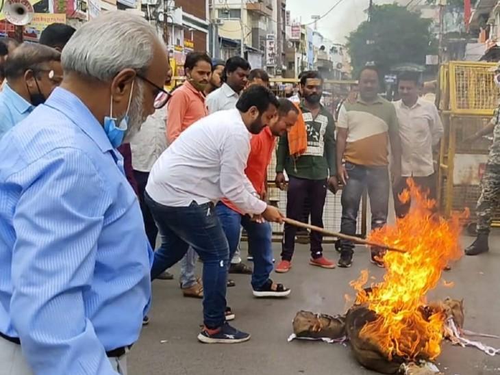 हिंदूवादी नेता ने कहा- धर्म की रक्षा के लिएसरकार और कानून की जरूरत नहीं; मुस्लिम नेताओं ने फूंका पाकिस्तान का पुतला|उज्जैन,Ujjain - Dainik Bhaskar