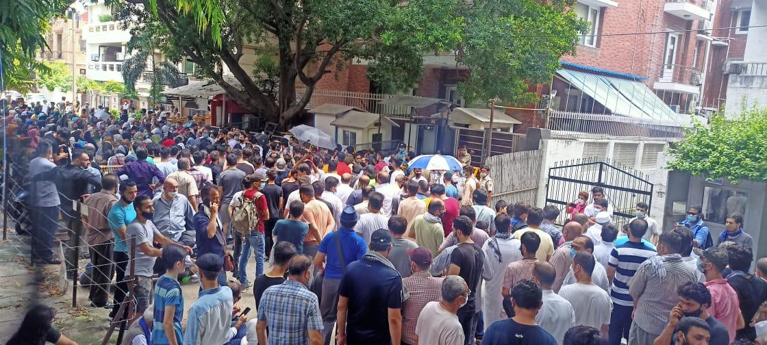 दिल्ली में रह रहे सैकड़ों अफगानी इस प्रदर्शन में शामिल हुए। वे अपने लिए शरणार्थी कार्ड की मांग कर रहे हैं ताकि किसी और देश में उन्हें नागरिकता मिल सके।