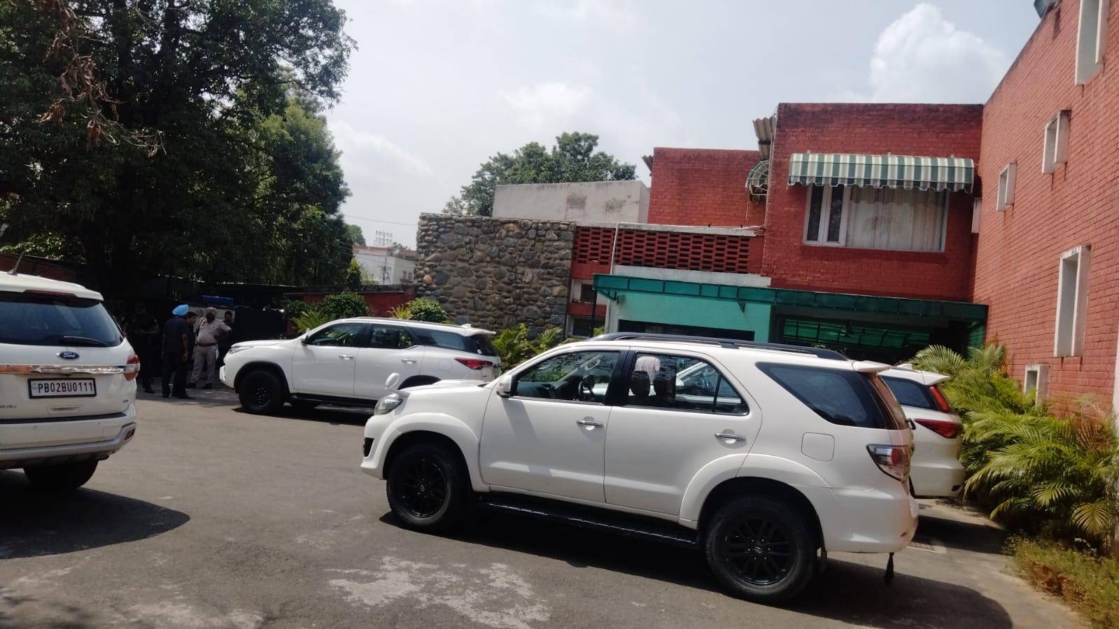 तृप्त राजिंदर बाजवा के घर पर मंगलवार को मीटिंग के लिए पहुंचे मंत्रियों की गाड़ियां।
