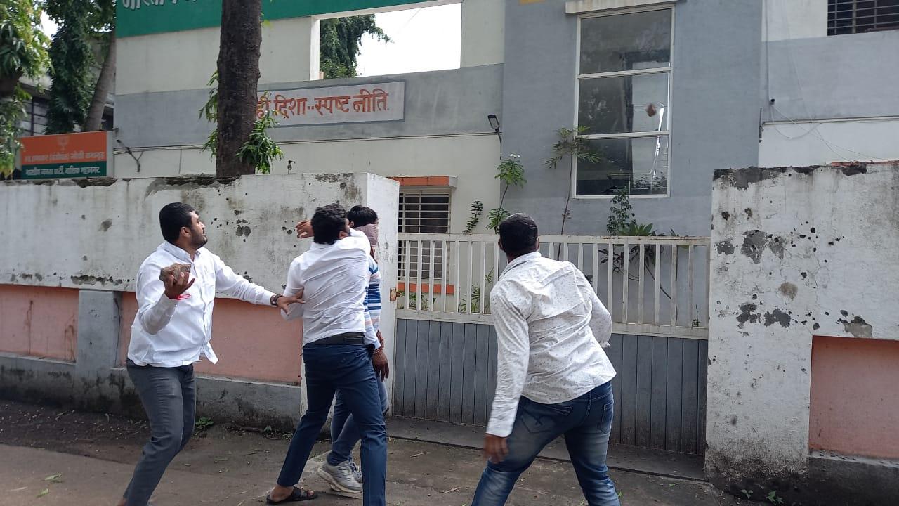 केंद्रीय मंत्री राणे के बयान से नाराज होकर नासिक में भाजपा दफ्तर पर पत्थर फेंकते शिवसेना के कार्यकर्ता।