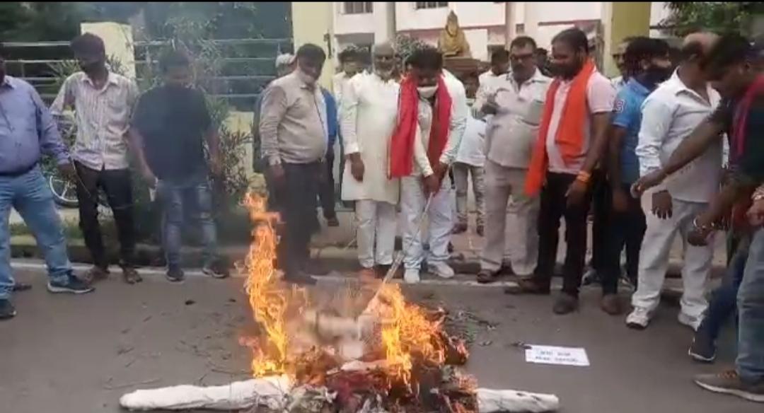 शायर मुनव्वर राणा को देश से बाहर निकालने की मांग, लखनऊ में वाल्मीकि समाज ने राणा का पुतला फूंका|लखनऊ,Lucknow - Dainik Bhaskar
