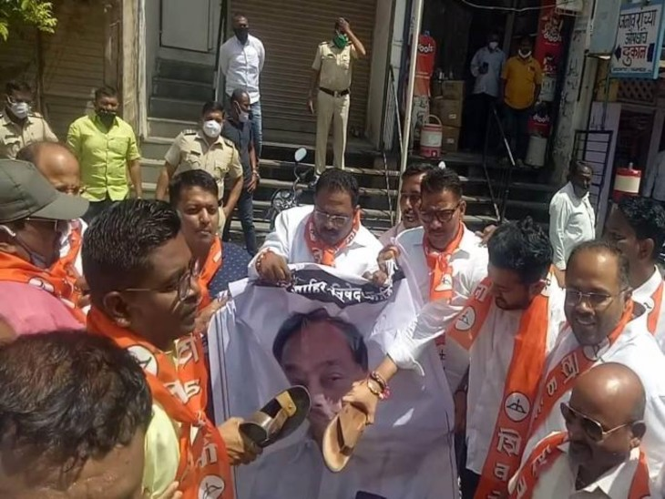 महाराष्ट्र में केंद्रीय मंत्री राणे के खिलाफ अलग-अलग शहरों में प्रदर्शन हो रहे हैं। यह तस्वीर अमरावती की है।