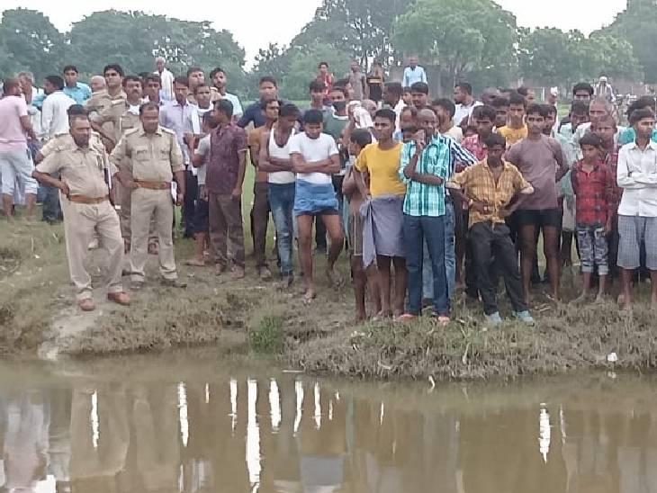 जौनपुर में मछली पकड़ने गए थे, नदी किनारे मिली चप्पल; दूसरे की तलाश कर रहे गोताखोर|जौनपुर,Jaunpur - Dainik Bhaskar