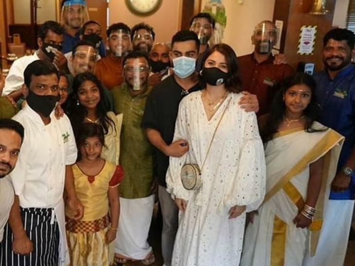 अनुष्का शर्मा और विराट कोहली ने लीड्स के इंडियन रेस्टोरेंट में सेलिब्रेट किया ओणम, होटल स्टाफ के साथ खिंचवाईं फोटोज बॉलीवुड,Bollywood - Dainik Bhaskar