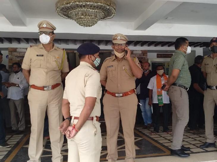 फोटो रायगढ़ के चिपलून की है। यहां एक रिसॉर्ट के बाहर भारी संख्या में पुलिस बल की तैनाती की गई है।