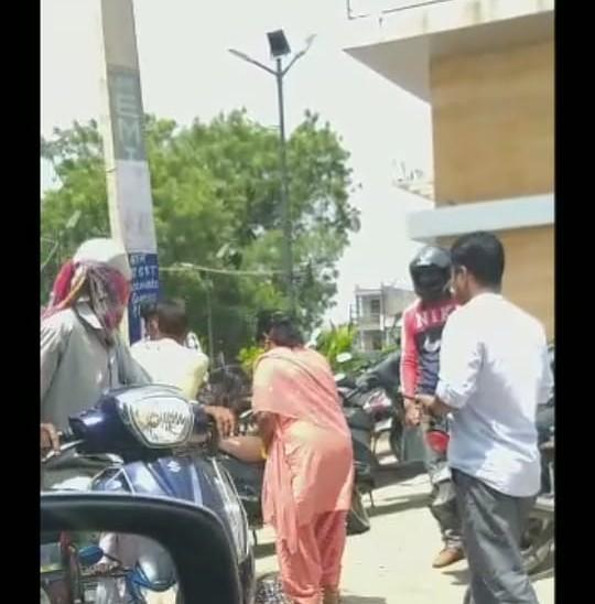 महिला के अलावा कुछ और राहगीरों ने भी लगाए थप्पड़।