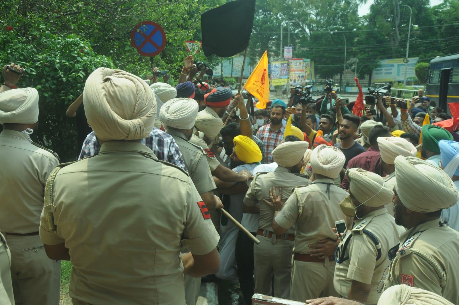 सर्किट हाउस में घुसने की कोशिश में पुलिस व किसानों में धक्का-मुक्की; भाजपा प्रदेश प्रधान बोले- जब कृषि कानून लागू ही नहीं तो किसान आंदोलन क्यों? जालंधर,Jalandhar - Dainik Bhaskar