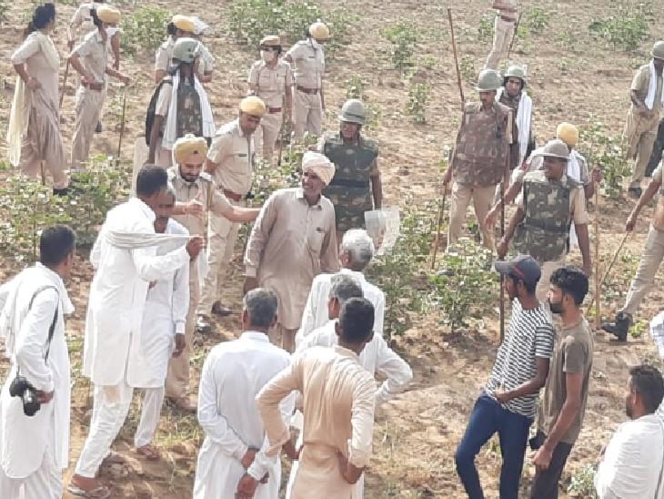 जमीन पर कब्जा लेने पहुंचे एनएचएआई के अमले का विरोध कर रहे किसान और उनसे निपटने के लिए मौके पर मौजूद पुलिस बल।