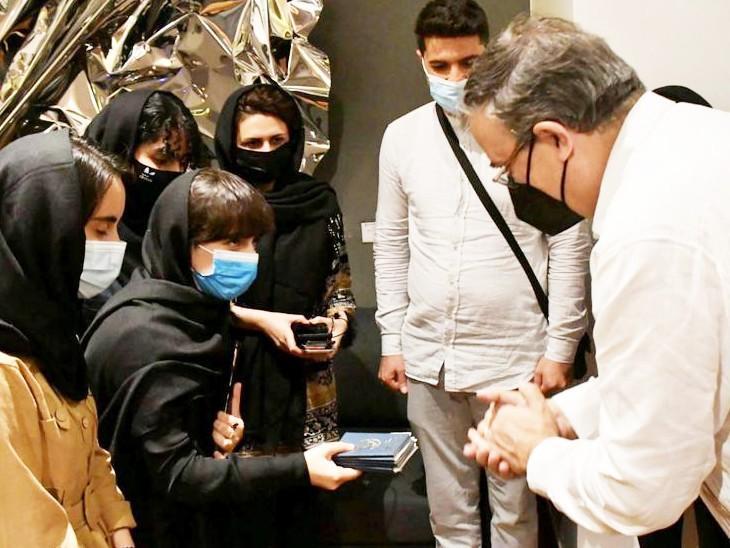 रोबोटिक्स टीम की लड़कियां मंगलवार को मेक्सिको के बेनिटो जुआरेजइंटरनेशनल एयरपोर्ट पर पहुंची, टीम ने विदेश मंत्री मार्सेलो एब्रार्ड कोपासपोर्ट सौंपकरमानवीय आधार पर शरण देने की मांग की। - Dainik Bhaskar