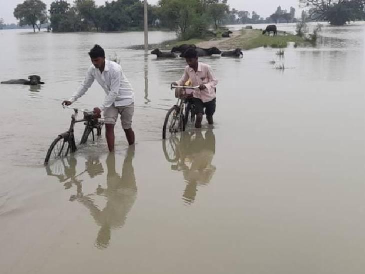 जान खतरे में डालकर निकल रहे ग्रामीण। पानी से घिरे दर्जनों गांव।