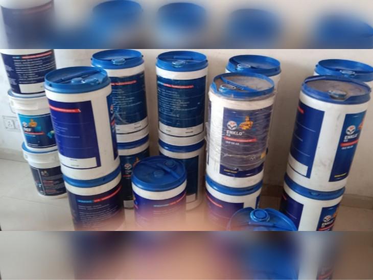दुकान में HP कंपनी की 26 लीटर की पैकिंग ऐसे मिली, जिनमें बड़ी मात्रा में नकली तेल भरा हुआ है। कार्रवाई में यो सब जब्त कर लिया गया।