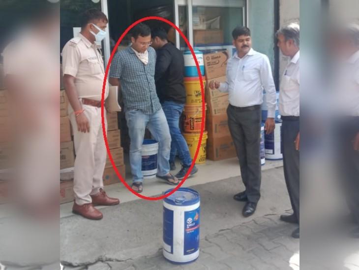 हिसार की ऑटो मार्केट में दुर्गा लुब्रिकेंट नामक दुकान पर छापे के बाद गिरफ्तार किया गया संचालक (लाल घेरे में)। - Dainik Bhaskar