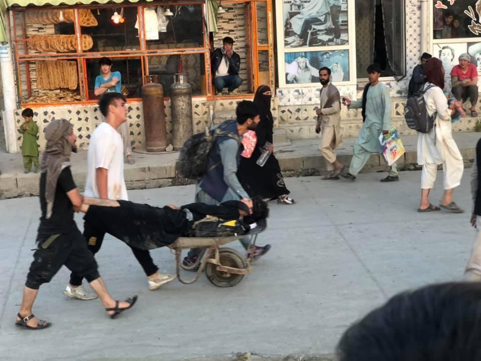 धमाके से आसपास रहने वाले लोग दहशत में आ गए। एयरपोर्ट के आसपास के कई दुकानदारों ने फौरन अपनी दुकानें बंद कर दीं और वहां से चले गए।