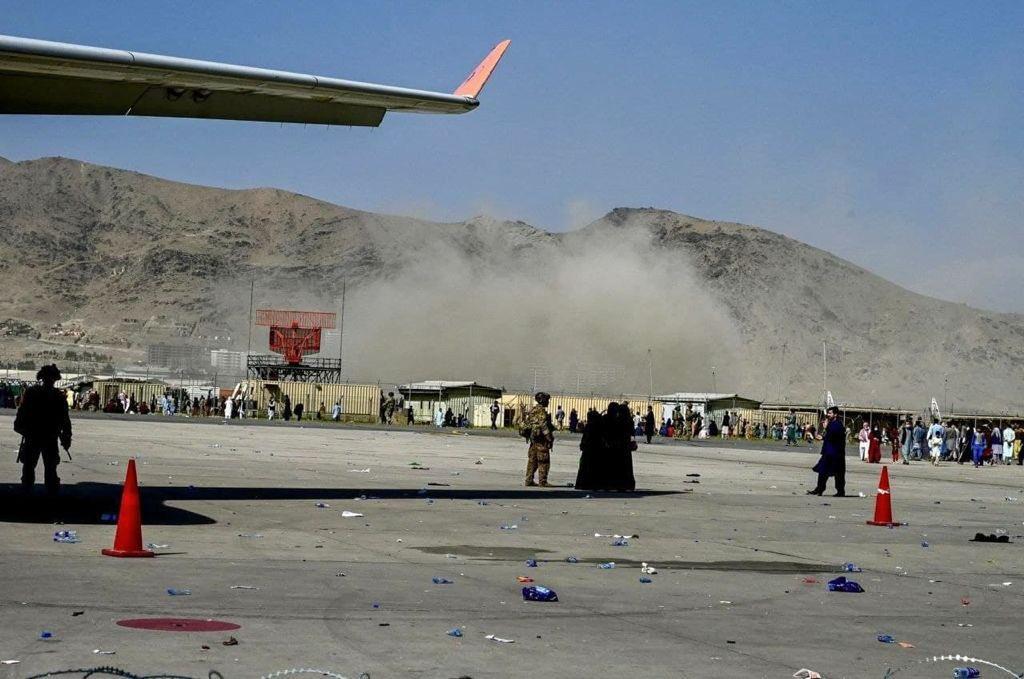 एयरपोर्ट के पास हुआ ब्लास्ट इतना जोरदार था कि धमाके के बाद उठा धूल का गुबार कई किलोमीटर दूर से साफ नजर आ रहा था।