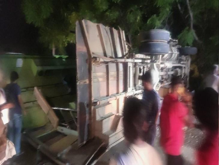 ट्रैक्टर-टॉली से भिड़त के बाद क्षतिग्रस्त बस। - Dainik Bhaskar