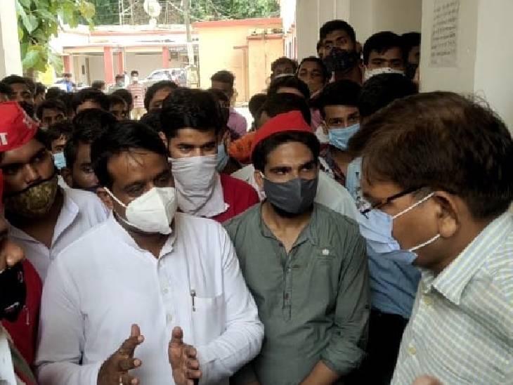 कलेक्ट्रेट में एसडीएम को ज्ञापन दिया, बोले- छात्रों के भविष्य से खिलवाड़ किया गया पीलीभीत,Pilibheet - Dainik Bhaskar