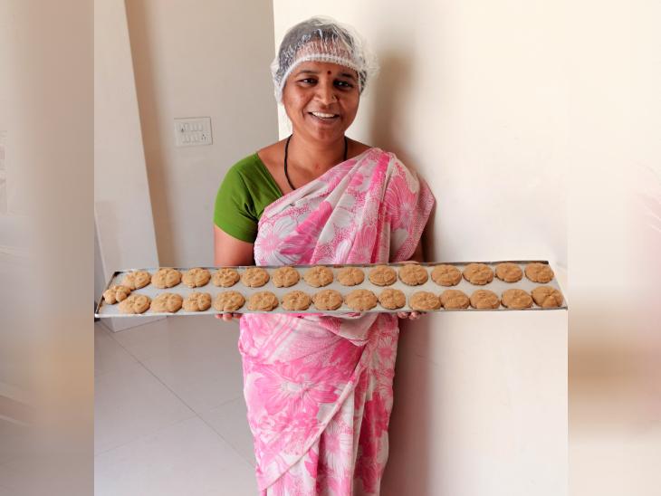 ये स्वपन्ना हैं, जो डॉ. मिनल की टीम के साथ जुड़ी हैं। कुकीज के काम से स्वपन्ना हर दिन 400-500 रुपए की कमाई कर लेती हैं।